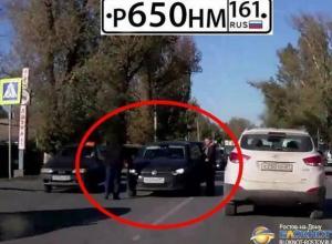В Новочеркасске женщина на иномарке сбила пешехода, посадила его в авто и скрылась. Видео