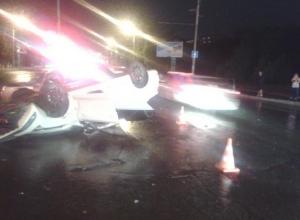 В Ростове лихач на «Фольксвагене» врезался в светофор и перевернулся