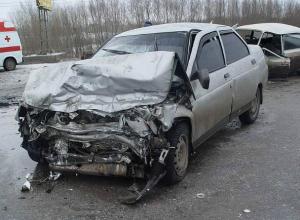 Серьезные травмы в лобовом ДТП на встречке получили водитель и молодой пассажир ВАЗа под Ростовом