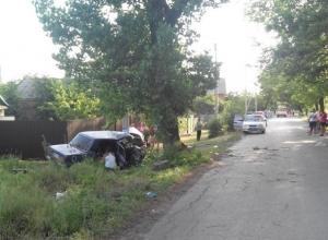 В Шахтах «ВАЗ-21074» протаранил опору ЛЭП и дерево: 1 погиб, 2 травмированы