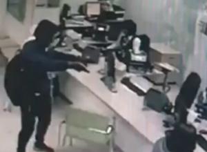 Растерянный злоумышленник попал на камеры видеонаблюдения при попытке ограбления банка в Ростовской области