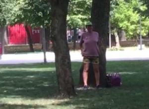 Справлявшая нужду посреди оживленного парка «милая» женщина смутила ростовчан на видео