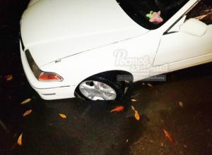 Автомобиль провалился в размытый после дождя грунт на улице Ростова
