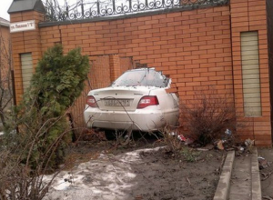 В Ростове пьяный водитель «Дэу-Нексия» на скорости протаранил кирпичный забор
