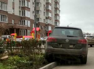 Обнаглевший автохам паркует машину в самых неудобных местах назло себе и жильцам двора в Ростове