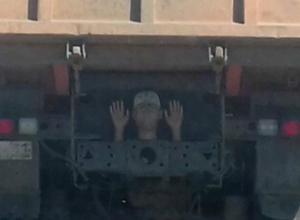 Выглядывающий из-под кузова грузовика «испуганный парень» в кепке рассмешил жителей Ростова
