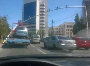 На Гвардейской площади в Ростове эвакуатор снес конструкцию с камерами видеонаблюдения. Фото