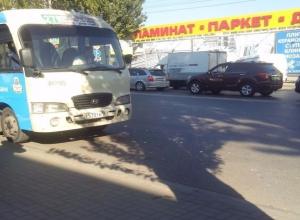 В погоне за клиентами, ростовские маршрутки протаранили друг друга