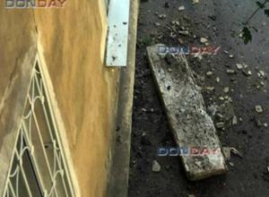 Бетонный балкон многоэтажки шумно обрушился на оживленный тротуар в Ростовской области