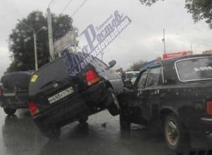 В ДТП на Малиновского «Хонда» испугалась КамАЗа и «запрыгнула» на Волгу