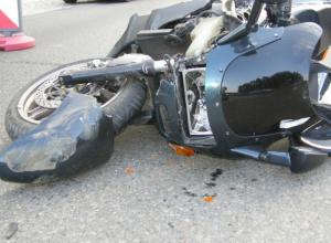 Серьезные травмы получил байкер под колесами молодой автоледи в Ростовской области