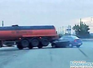 В Ростове иномарка врезалась в бензовоз. ВИДЕО