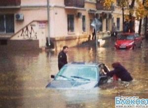 В Ростове из-за ливня оказались затоплены улицы: машины тонут в потоках воды