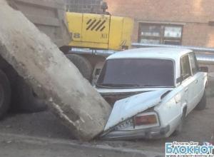 В Таганроге рабочие «Водоканала» уронили плиту на припаркованный автомобиль