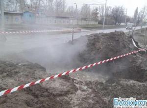 В Таганроге из-за аварии на теплотрассе люди остались без отопления, движение перекрыто