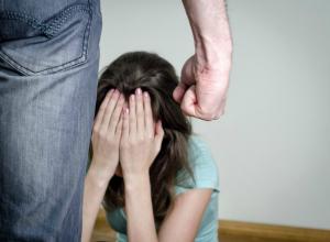 Мужчина жестоко избил бывшую супругу во время «разговора по душам» в Ростове