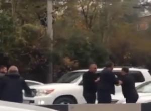 Нелепые разборки двух не поделивших дорогу водителей попали на видео в Ростове