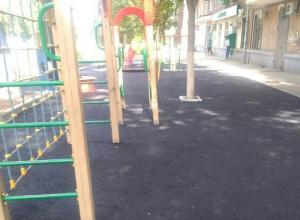 Залитая плотным асфальтом детская площадка в Ростове возмутила многодетного отца