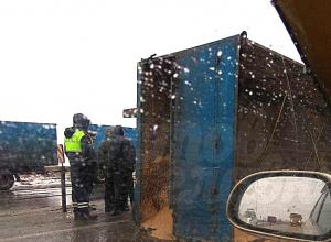 Тонны зерна рассыпались по дороге из опрокинувшегося прицепа на трассе в Ростовской области