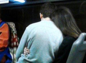 Влюбленный парень на коленях у своей девушки в автобусе рассмешил жителей Ростова
