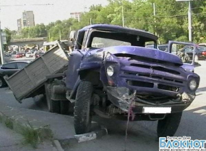 В Ростове-на-Дону ЗИЛ упал с моста на проспект Нагибина