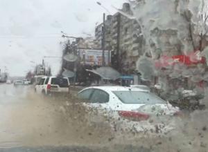 На крейсерской скорости по водной глади дорог несутся на видео автохамы Ростова