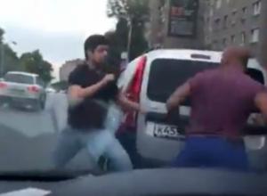 Ожесточенная драка двух автолюбителей посреди дороги в центре Ростова попала на видео