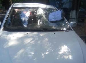 Кирпичом с сатанинской запиской разбили автомобиль ростовской активистки