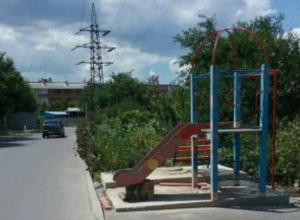 «Горка смерти» для непослушных малышей появилась у проезжей части в Ростове