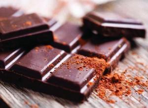 Бабушка  из Ростова презентовала  фельдшеру шоколадку  с иголкой внутри