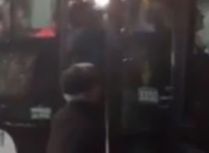 Вываливающийся из забитой до отказа маршрутки пассажир в СЖМ Ростова попал на видео