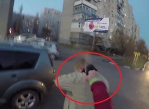 В Батайске скутерист облил перцовым спреем напавшего на него водителя иномарки. Видео