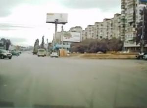 В Ростове водитель ВАЗа сбил пешехода и снес дорожные знаки. ВИДЕО