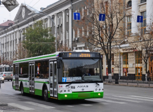 Перебегавший дорогу «опасным методом» мужчина попал под колеса автобуса в Ростове