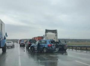 Ребенок и двое взрослых пострадали в массовом ДТП с иномарками и грузовиками в Ростовской области