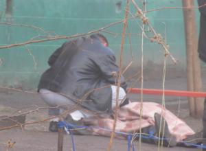 Обнаруженный у многоэтажки труп мужчины в тапочках ужаснул и озадачил жителей Ростовской области
