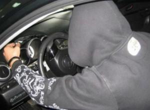 Молодой мужчина угнал дорогую иномарку у рассеянного автолюбетеля в Ростовской области