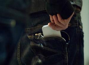 Теплые «объятия» с молодым рецидивистом стоили дорогого гаджета для пассажирки маршрутки в Ростове