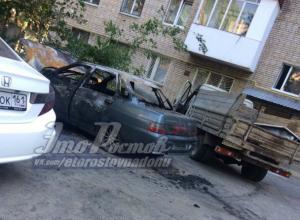 «Чудесное» двойное возгорание легковушки во дворе Ростова испугало горожан