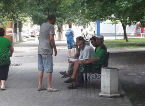 «Рай для алкашей и бомжей» попросили убрать с центральной улицы Аксая