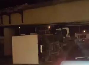 Нерадивый водитель «Газели» «наткнулся» на мост в Ростове: автомобиль перевернулся