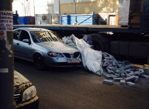 В Ростове поддон с кирпичом упал на капот легковушки. Фото