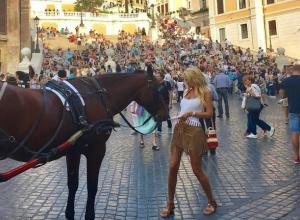 Конь-фетишист атаковал ростовскую красотку Викторию Лопыреву в Италии