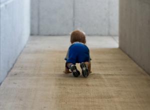 Ползавший на морозе в Ростове годовалый ребенок попал в реанимацию с переохлаждением