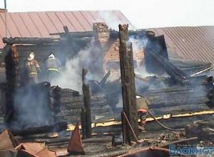 На пожаре в частном доме в Вешенской погибли трое