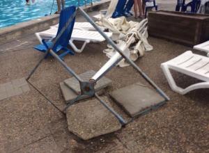 Женщина закрыла своим телом ребенка от смертельного падения зонта в аквапарке под Ростовом