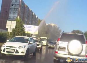 В Ростове коммунальный фонтан залил улицу Орбитальную. Видео