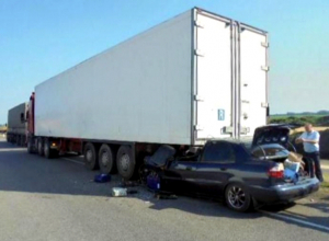 Двое человек погибли во «впечатавшейся» в грузовик легковушке из Ростова на трассе М4 «Дон»