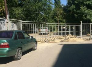 Ограда рассыпающейся школы забаррикадировала проезд к домам ростовчан