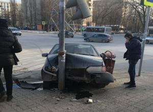 Неугодный светофор снес загипнотизированный водитель ВАЗа в Ростове-на-Дону